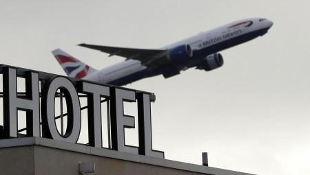 الحكومة البريطانية تضاعف تكاليف الحجر الفندقي للعائدين من الدول الحمراء