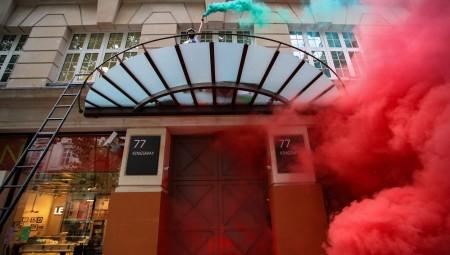 لندن: نشطاء مناصرون للقضية الفلسطينية يغلقون مقر شركة Elbit موردة الأسلحة للاحتلال