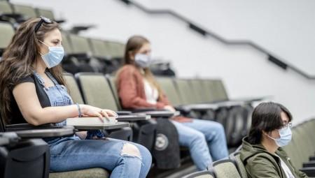 انتقادات تطال جامعات بريطانية لحظرها مزايا عديدة عن الطلاب غير الملقحين