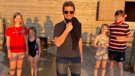توم كروز يفاجئ عائلة بريطانية في حديقة منزلهم