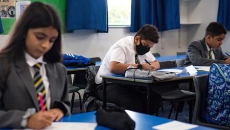 مدارس بريطانية تتجاهل إرشادات الصحة.. وستعزل التلاميذ المخالطين لفترة أطول
