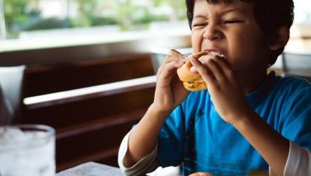 دراسة: ازدياد نسبة الأطفال الذين يتناولون الوجبات السريعة خلال جائحة كورونا
