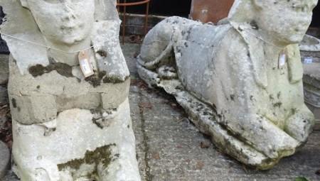 تمثالان مصريان لأبو الهول يثيران جدلا واسعا بعد بيعهما في مزاد بريطاني