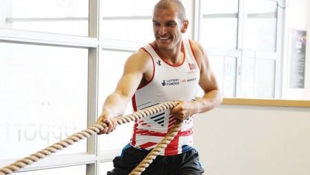سابقة.. رياضي مسلم يحمل العلم البريطاني في حفل افتتاح الأولمبياد