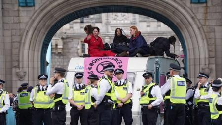 نشطاء لحماية البيئة يقطعون جسر تاور بريدج في لندن
