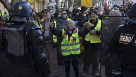 باريس.. عنف وغاز مسيل للدموع لوقف حركة السترات الصفراء
